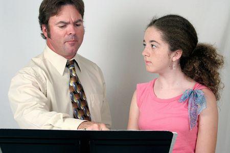 chóralne: Głos nauczycieli i studentów za stojak muzyczny.