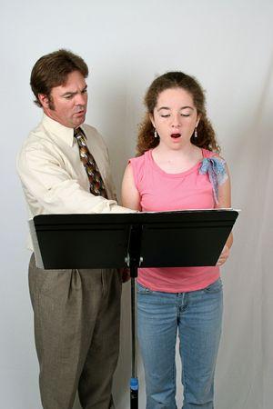 chóralne: Głos nauczycieli i studentów za stojak muzyczny, praktykujący w Oooooh dźwięku.
