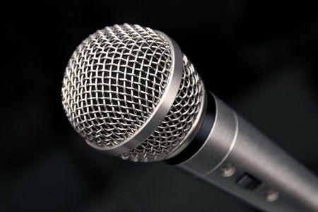 amplification: une vue extr�me de plan rapproch� dun microphone sur un fond noir