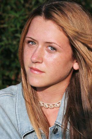 questionnement: Une belle jeune femme avec un curieux, l'interrogatoire d'expression.