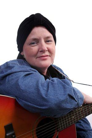Een mooie vrouw, kaal van chemotherapie, poseren met haar gitaar. Stockfoto