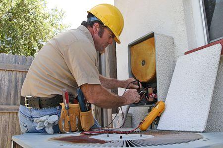 Di aria condizionata repairman lavorando su una unità di recupero del calore.  Archivio Fotografico - 265419
