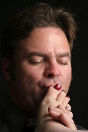 Een knappe man kuste een vrouw tenen.