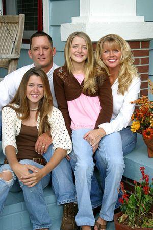 front porch: Una bella rubia familia sentados juntos en su porche.  Foto de archivo