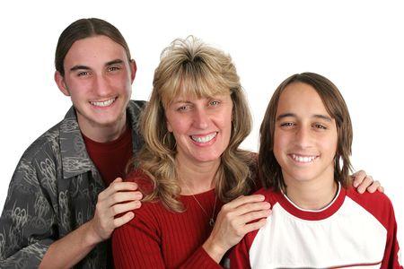 Una atractiva madre soltera y su hijos adolescentes. Aislado.  Foto de archivo - 1406771