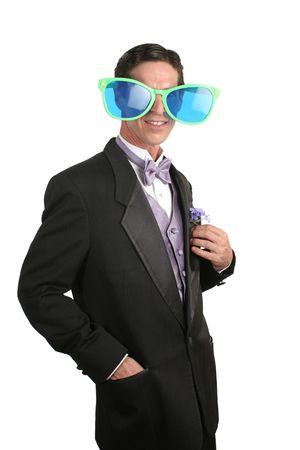 przewymiarowany: Wyrafinowany człowiek w smoking z parą goofy na przewymiarowany okulary. Zdjęcie Seryjne