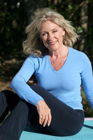 ヨガの後リラックスした美しい 50 歳女性。