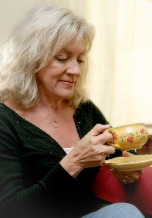 Eine schöne Frau mit einer entspannenden Tasse Kaffee. Weichzeichnen angewandt. Standard-Bild - 398342