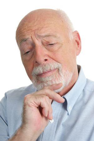 business skeptical: Un hombre mayor inteligente que piensa sobre un problema.