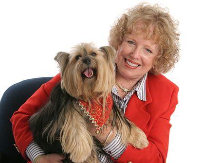 Een huisdier eigenaar en haar geliefde yorkshire terrier - zowel dragen rood.