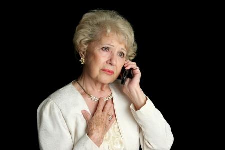 sad old woman: Una elegante mujer de altos audiencia triste noticia por tel�fono.