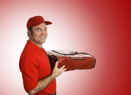caja de pizza: Un hombre de entrega de pizza a su pizza. Aislada en un fondo rojo.