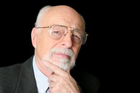 business skeptical: Un esc�ptico buscando, hombre inteligente altos durante un fondo negro.
