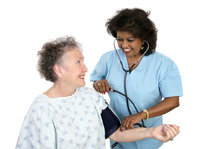 minor�a: Una hermosa enfermera teniendo un paciente  's la presi�n arterial. Aislado en blanco.