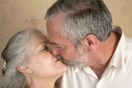 handkuss: Ein mündig paar, die gemeinsame Nutzung einen leidenschaftlichen Kuss. Konzentrieren sich auf ihn.
