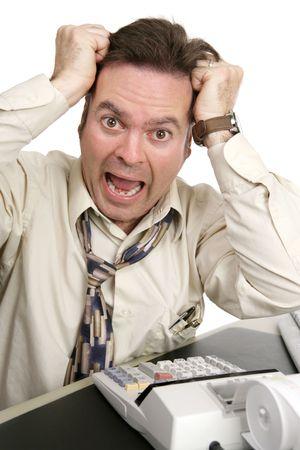 bookkeeper: Un hombre volviendo loco tratando de hacer sus propios impuestos. Aislado en blanco.