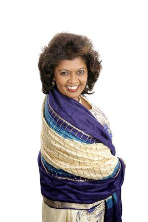 estola: Una mujer india hermosa en la ropa tradicional. Aislado en blanco.