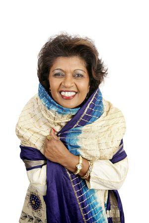 robo: Una mujer india hermosa que sonr�e en la ropa tradicional. Aislado en blanco.