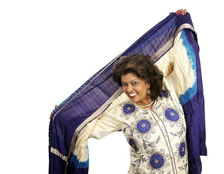 robo: Una bella mujer baila en la ropa tradicional india. Aislado en blanco.