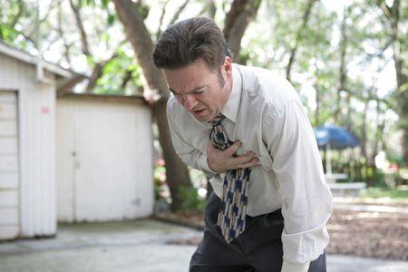 dolor de pecho: Un viejo hombre de cuarenta a�os dobl� encima con dolor de pecho. Foto de archivo