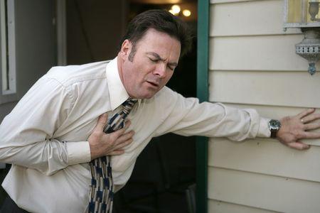 dolor de pecho: Un hombre de mediana edad que experimentan repentino dolor en el pecho.