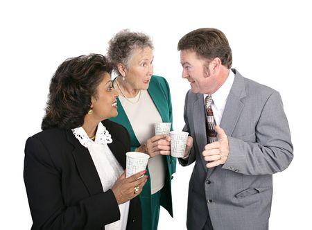 gossip: Business werknemers verzameld om een drank van water en roddels. Geïsoleerd op wit.