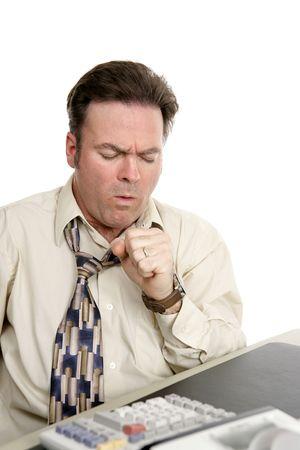 tosiendo: Un contable en el trabajo que tose con la gripe. Aislado en blanco.