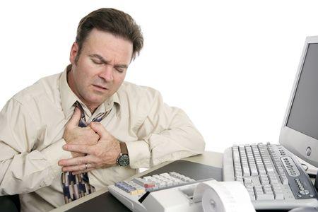 dolor de pecho: Un hombre envejecido medio que tiene dolores o indigesti�n de pecho en el trabajo.