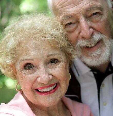 Una de cerca de una mujer bastante altos en rosa con su amante esposo a su lado. Podr�a ser utilizado para crear conciencia sobre el c�ncer de mama.  Foto de archivo - 931149