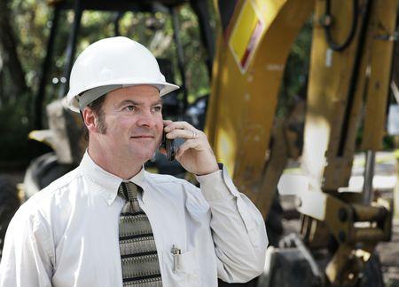 Un ingeniero en una obra, hablar por teléfono.  Foto de archivo - 1067742