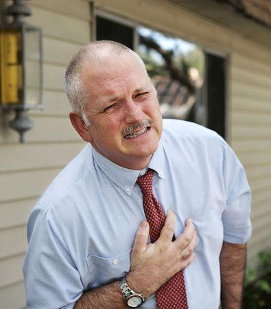 angina: Eine reife Gesch�ftsmann mit schweren Schmerzen im Brustbereich.