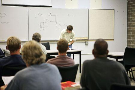 electrical circuit: Una classe di educazione degli adulti in energia elettrica. Focus sul circuito elettrico diagramma a bordo.  Archivio Fotografico