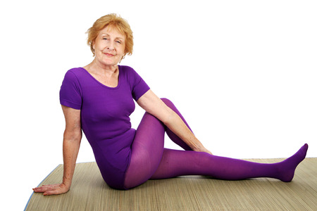 fit senior vrouw geniet doet yoga Stockfoto