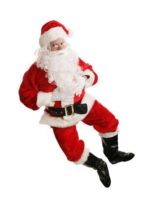 Happy dancing kerstman springt in de lucht en kicks zijn hielen. (model is eigenlijk springen) Geïsoleerd op wit. Stockfoto