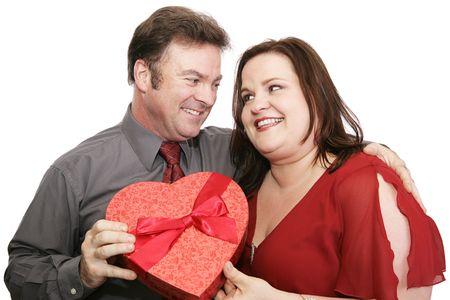 Uomo che dà la caramella di valentine al suo amante. Isolato su bianco. Archivio Fotografico - 2094391