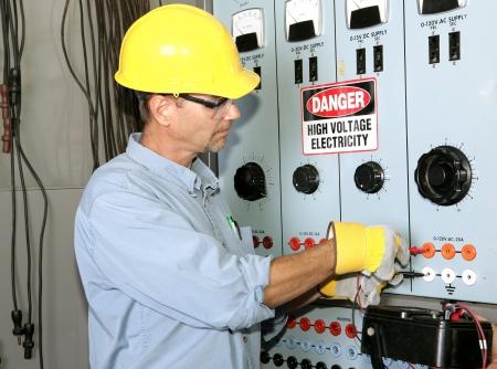 industrial mechanics: Electricista real que trabaja en un centro de distribuci�n industrial de energ�a. Todo el trabajo demostrado se est� realizando seg�n c�digo de la industria y est�ndares de seguridad.