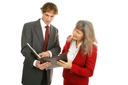 female boss: Junge m�nnliche Arbeitnehmer hervorgeht, seine weiblichen Chef den j�ngsten Bericht. Isoliert auf wei�.