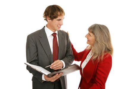 female boss: �ltere Weibchen Chef gratulieren ihrem jungen m�nnlichen Arbeitnehmer in einen Job gut gemacht. Isoliert auf Wei�.