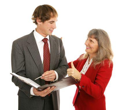 female boss: Weiblicher Chef, der ihren jungen m�nnlichen Angestellten, ihm Daumen-oben gebend begl�ckw�nscht. Lokalisiert auf Wei�. Lizenzfreie Bilder