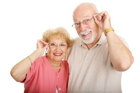 Aantrekkelijk senior paar dragen van een bril. Geïsoleerd op wit.