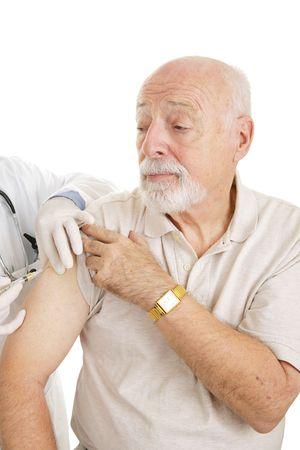 수석 사람이 총을 점점입니다. 약이나 백신 일 수 있습니다. 흰 바탕. 스톡 콘텐츠