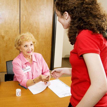 głosowało: Starszy wolontariusz rozdawać za I voted naklejki na obwodów miejsce.