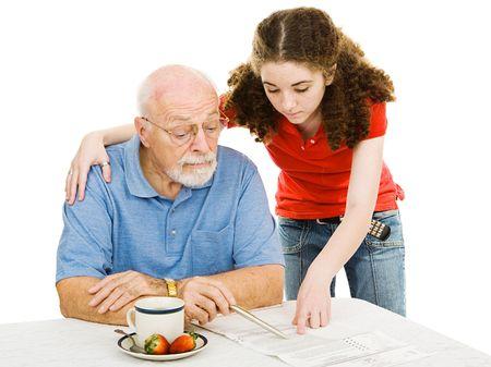 十代の少女は彼女のビジョンを支援障害彼の不在者投票を読むおじいちゃん。