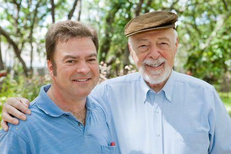Padre mayor y su hijo del adulto junto en el parque. Foco en el m�s viejo hombre. Foto de archivo - 2839802