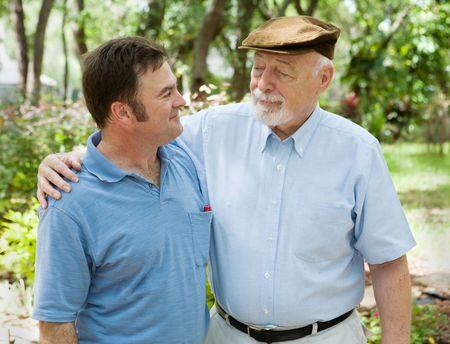 compa�erismo: Hijo del padre y del adulto en el parque junto. El padre es orgulloso de su hijo. Foto de archivo