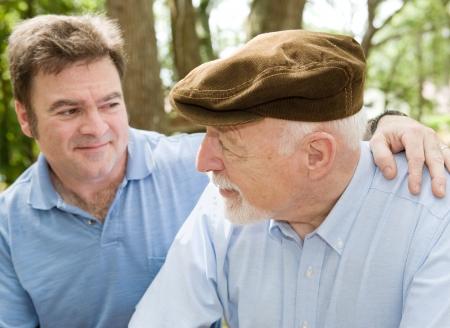 genegenheid: Senior vader van middelbare leeftijd met zijn zoon. Focus op de bejaarde man.