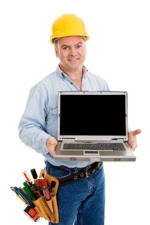 あなたのメッセージのある黒い領域とラップトップを保持している友好的な建設労働者。白で隔離されます。