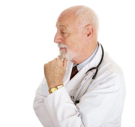 hombre calvo: Retrato del perfil de un doctor inteligente maduro. Aislado en blanco.