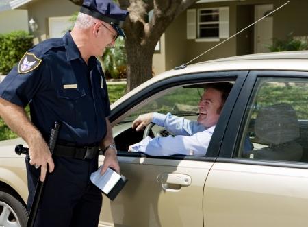 L'agent de police ayant un rire avec les gars qu'il vient de tirer.