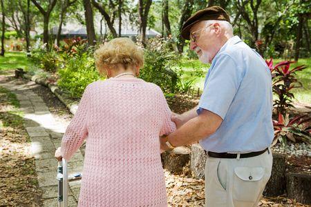 osteoporosis: Senior hombre teniendo cuidado de los discapacitados de su esposa.  Foto de archivo